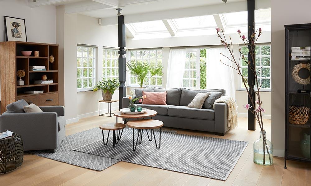 Ein Großer Teppich Und Ein Feines Tierfell In Einem Natürlichen Farbton  Bringen Zusätzliche Frische Und Gemütlichkeit In Ihr Wohnzimmer.